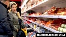 Посетители одного из туркменских супермаркетов.