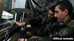 Türkmenistanly kapitan Aly Tuwakgylyjow azerbaýjanly kapitan Samir Akbarly bilen telekommunikasiýa enjamyny öwrenýär, Baumholder, Germaniýa, maý, 2007-nji ýyl.
