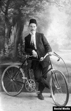 Казанский щеголь с велосипедом и непременным мужским атрибутом - плеткой. Снимок начал 20 века