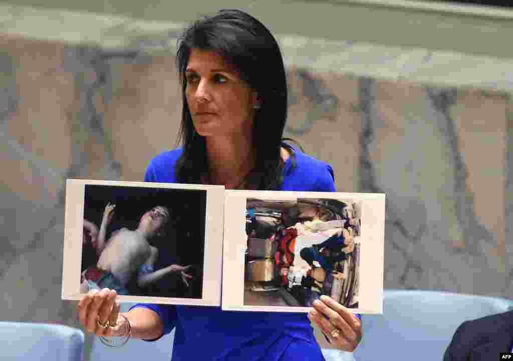 БҰҰ-дағы АҚШ-тың тұрақты өкілі Никки Хейли Қауіпсіздік Кеңесі отырысында Сирияда қаза тапқан балалардың суреттерін көрсетіп тұр.