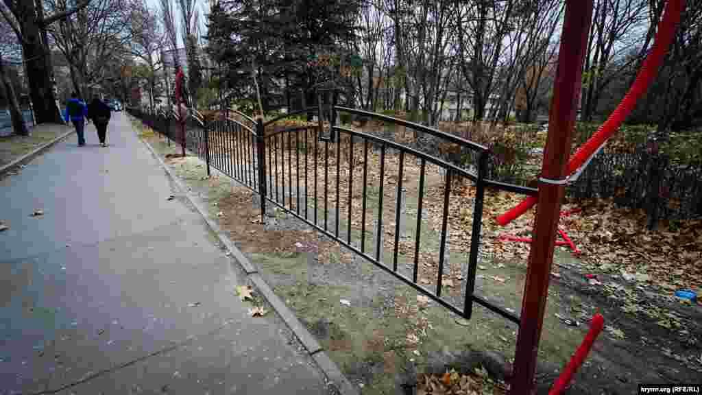 Вдоль тротуара по улице Киевской выкорчевали и спилили несколько платанов, а на их месте установили решетчатый металлический забор