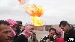 شعلههای آتش بر فراز خطوط لوله گاز در صحرای سینا