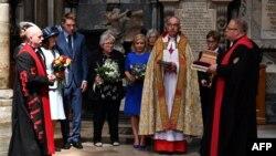 Захоронение праха физика Стивена Хокинга в Вестминстерском аббатстве, 15 июня 2018 года.