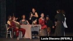 """Scenă din spectacolul """"Comedia unui om bogat şi Lazarus"""", jucat de studenţi la Academia de Arte Dramatice din Bratislava"""