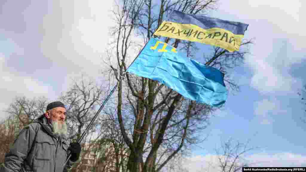 Український і кримськотатарський прапори