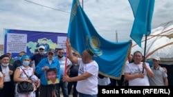 Жұрт асар ұйымдастырып салған Дулат Ағаділдің үйіне марқұмның асына жиналған адамдар. Талапкер ауылы, Ақмола облысы, 8 тамыз 2020 жыл.