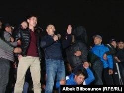 Садир Жапаров Бишкек бош майдонида (ўртада микрофон билан)