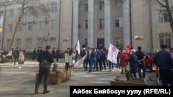 Бишкек. БШК имаратынын алдына чогулгандар. 12-апрель, 2021-жыл.
