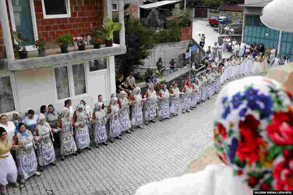 Жени од Доње Љубиње танцуваат пред традиционалната свадбена церемонија.