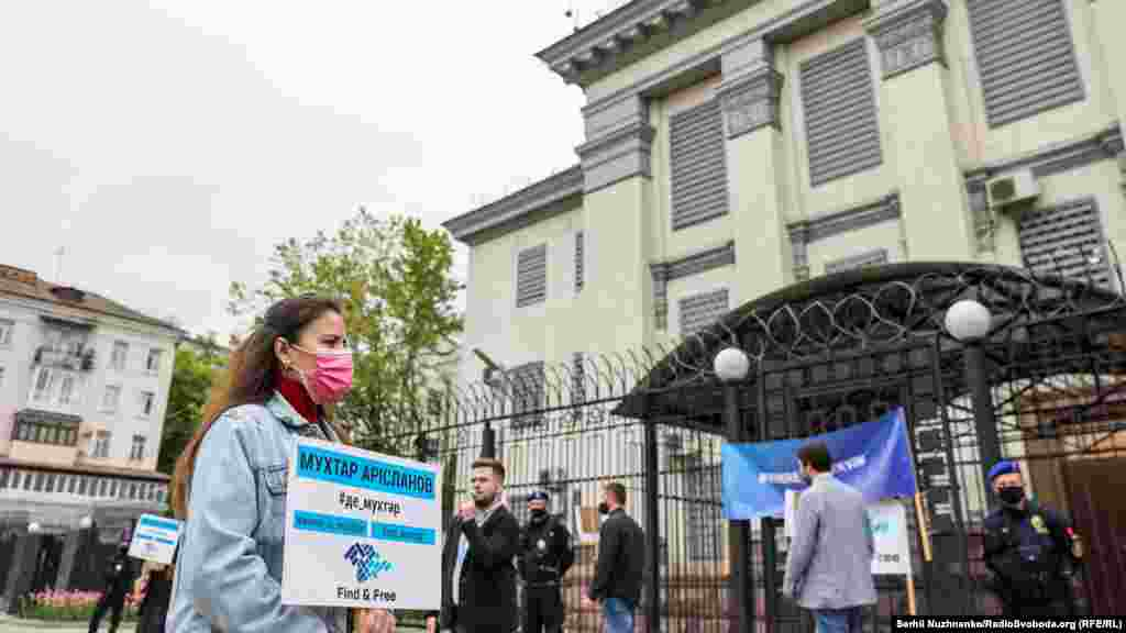 Только за полторы недели августа 2015 года в Крыму пропало трое крымских татар – на тот момент 45-летнийМухтар Арисланов, проживавший в симферопольском микрорайне Фонтаны, а также Мемет Селимов(1986 года рождения) и Осман Ибрагимов(1988 года рождения) – жители Мирновского сельсовета Симферопольского района. Тогда крымский активист Нариман Джелял сообщил, что«по неподтвержденной информации родителей, Селимов Мемет и Ибрагимов Осман могли быть похищены и в данный момент незаконно удерживаются неизвестными лицами в Симферополе или окрестностях»