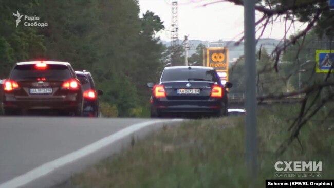 Вони одразу почали їздити поруч, щойно автівка знімальної групи зупинилася