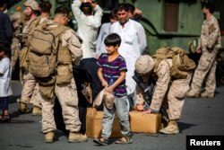 توزیع غذا میان افغانهایی که پس از ورود طالبان به کابل به فرودگاه پناه آوردند، ۱۹ اوت ۲۰۲۱