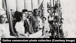 Nicolae (fekete kabátban) és Elena (fehér blúzban) Ceaușescu egy, a bukaresti Egyetem térre néző balkonon. A pár a bevonuló szovjet csapatokat várja, miután Románia náci-barát kormánya 1944 augusztusában megbukott egy puccs következtében.