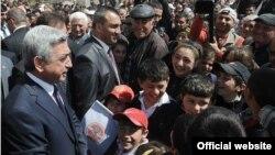 Серж Саргсян проводит встречи в Гегаркуникской области Армении, 25 апреля 2012 г.