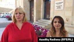 Vəkil Samirə Ağayeva (solda) və jurnalist Aytac Əhmədova prokurorluq qarşısında. 04 iyul 2017