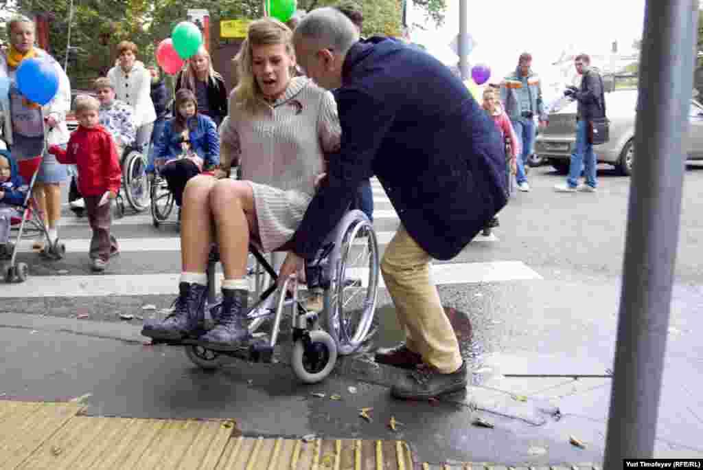 Участники акции хотели привлечь внимание к неприспособленности улиц Москвы для инвалидов