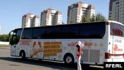 Этот автобус с рекламой будущего теле-шоу колесит по городам Казахстана, скоро будет в Алматы.