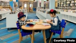 Адам и Бермет в библиотеке.