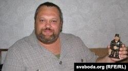 Валер Леванеўскі трымае фігурку сябе самога ў турэмным, якую яму зрабілі ў калёніі перад вызваленьнем