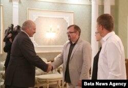 Президент Білорусі Олександр Лукашенко (ліворуч) та кореспондент Радіо Свобода Валерій Каліновський. 4 серпня 2015 року