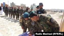 افغان سربازان د ښوونځيو تعمیرولو لپاره بسپنه ورکوي