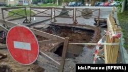 Жители рассказали, что весь город в ямах, на дне траншей ржавеют трубы, а сверху ямы заливает дождь