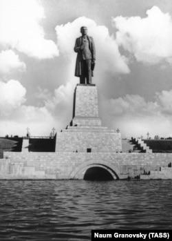 Памятник Иосифу Сталину на канале имени Москвы, 1937 год