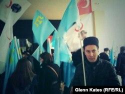 Наразылық акциясында түрған Серкан Сава. Стамбул, 8 наурыз 2014 жыл.