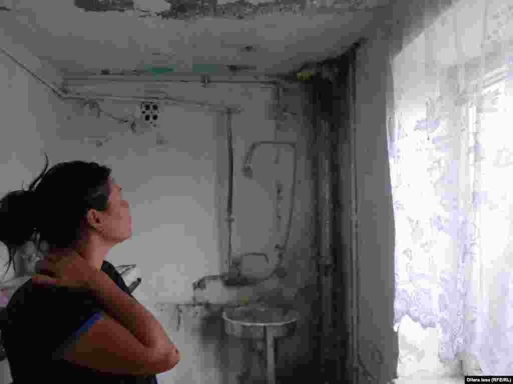 Жатақханада ыстық су, газ және жылу жүйесі жоқ. Суретте: тұрғын әйел екінші қабаттағы жуынатын бөлменің төбесі мен бұрышы шатырдан аққан судан көгеріп кеткенін айтады.