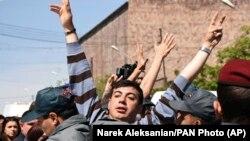 Polis etirazçını saxlayır, 19 aprel, 2018-ci il