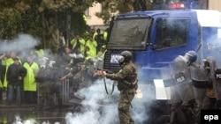 Полиция күчтөрү оппозиция жактоочуларын таратып жаткан учур. Тбилиси, 7-ноябрь, 2007-жыл.