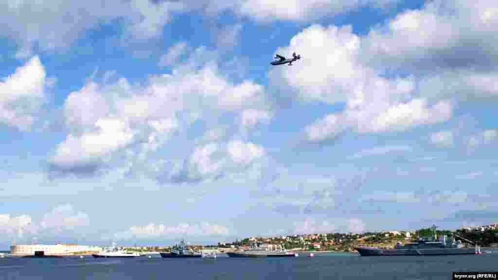 Проліт над Севастопольською бухтою протичовнового літака-амфібії Бе-12 «Чайка»