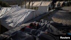 Izbeglice spavaju pored kampa Moria na Lezbosu, ilustrativna fotografija