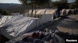 Мигранти спят край бежански лагер на остров Лесбос