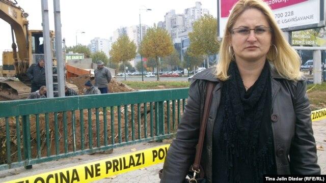Lejla Čengić pored mjesta na kojem se ekshumiraju posmrtni ostaci
