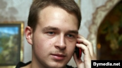 Ойыншық аюдың суретін интернетте жариялағаны үшін айыпталған Антон Суряпин. Беларусь, 17 тамыз 2012 жыл.