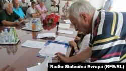 Povratnici potpisuju ugovore o donacijama, foto: Mirsad Behram