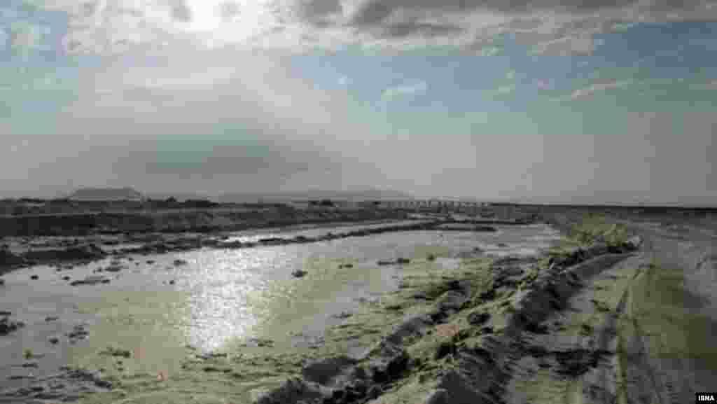Sentyabr 2012. Qurumaqda olan Urmiya gölündən duz çıxarırlar.