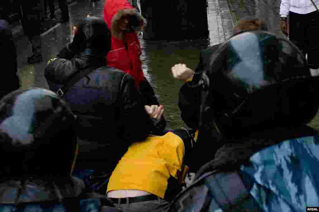 Задержания проходили по возрастному признаку. Задерживались молодые люди, выходящие из метро и непохожие на журналистов...