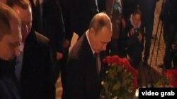 Պուտինը ծաղիկներ է խոնարհում, ի հիշատակ Սանկտ Պետերբուրգի ահաբեկչության զոհերի