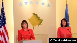 Kosovska predsednica Alifete Jahjaga i američka ambasadorka Tracey Ann Jacobson, oktobar 2012.