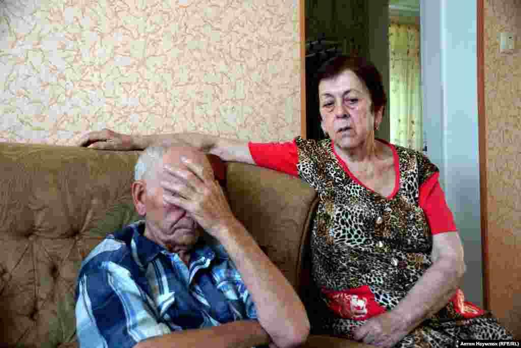 Зейтулла и Алие Чийгоз, родители заместителя председателя Меджлиса крымскотатарского народа Ахтема Чийгоза. Его арестовали по обвинению в организации массовых беспорядков. Так российские власти назвали митинг крымских татар против отделения Крыма от Украины в феврале 2014 года.