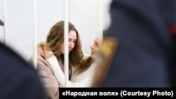 Журналісткі Кацярына Андрэева і Дар'я Чульцова (зьлева) у судзе 18 лютага 2021
