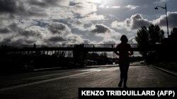 Egy nő fut Párizsban, a Szajna partján, 2019. április 3-án
