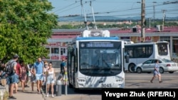 Троллейбус маршрута №14 высаживает пассажиров на конечной остановке на 5-м километре Балаклавского шоссе