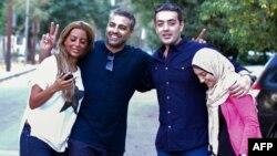 Եգիպտոս - «Ալ-Ջազիրա»-ի ազատ արձակված լրագրողներ Մոհամեդ Ֆահմին (ձախից երկրորդը) և Բահեր Մոհամեդը (աջից երկրորդը)՝ իրենց կանանց հետ, Կահիրեի Մաադի արվարձանում, 23-ը սեպտեմբերի, 2015թ․