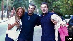 محمد فهمی (نفر دوم از چپ) و باهر محمد (نفر دوم از راست) ساعتی پس از آزادی در کنار همسرانشان