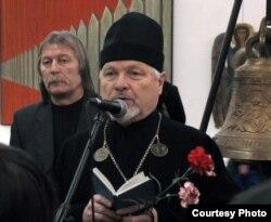 МАЛІТВА. Айцец Леанід Акаловіч падчас адкрыцьця выставы суполкі «Пагоня». Менск, 11 сакавіка 2011