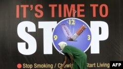 Arxiv fotosu: Hindistanda siqaret əleyhinə reklam baneri