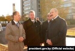 Валер Цапкала і Аляксандар Лукашэнка аглядаюць месца будаўніцтва Парку высокіх тэхналёгій, 25 кастрычніка 2005 году
